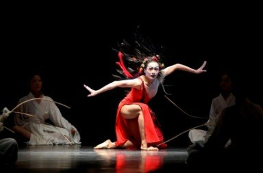 Huang Pei-hua as the Shaman in Lin Hwai-min's 'Nine Songs'. Photo © Liu Chen-hsiang