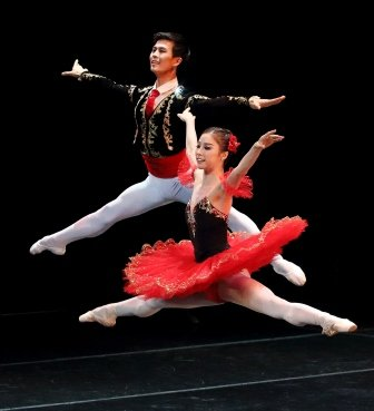 Ga Yeon Jung (front) with Dae-Han Na in the 'Don Quixote' pas de deux.  Photo © Pat Bromilow-Downing
