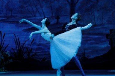 Natalia Osipova and Leonid Sarafanov in 'Giselle, ou Les Wilis'. Photo © Paul Kolnik