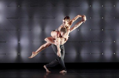 Wayne McGregor|Random Dance in 'FAR'.  Photo Courtesy Esplanade da:ns festival, © Ravi Deepres