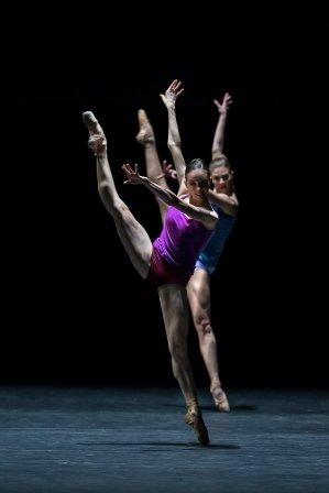 Viktorina Kapitonova and Francesca Dell'Aria in 'workwithinwork'.  Photo © Gregory Batardon
