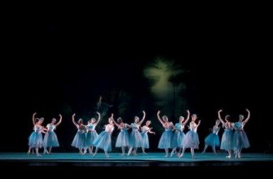 Birmingham Royal Ballet in The Dream.  Photo © Bill Cooper
