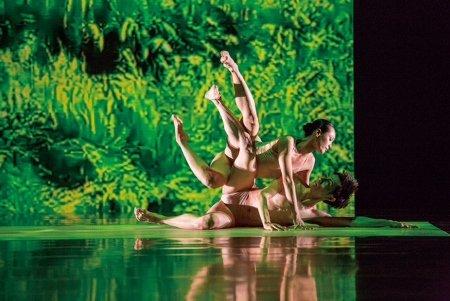"""Cloud Gate Dance Theatre of Taiwan's HUANG Pei-hua and TSAI Ming-yuan in """"Rice"""" Photo LIU Chen-hsiang"""