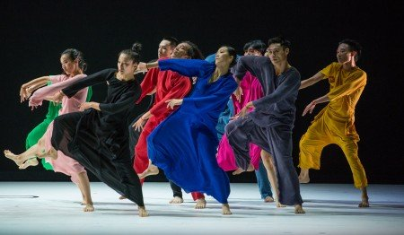 """Dancers of Cloud Gate 2 in Cheng Tsung-Lung's """"Beckoning"""" Photo Stephanie Berger"""