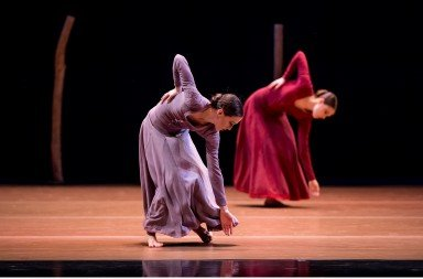 """Oregon Ballet Theatre dancers Emily Parker (foreground) and  Kelsie Nobriga in Nacho Duato's """"Jardi Tancat""""     Photo by Yi Yin"""