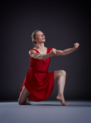 "Chamber Dance Company dancer Alexandra Bradshaw in Isadora Duncan's ""The Revolutionary"" Photo by Steve Korn"