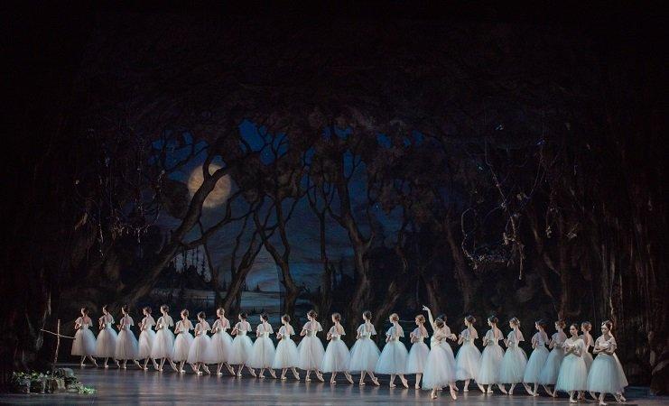 Pennsylvania Ballet Artists of Pennsylvania Ballet; Alexandra Hughes as Myrtha Photo: Arian Molina Soca